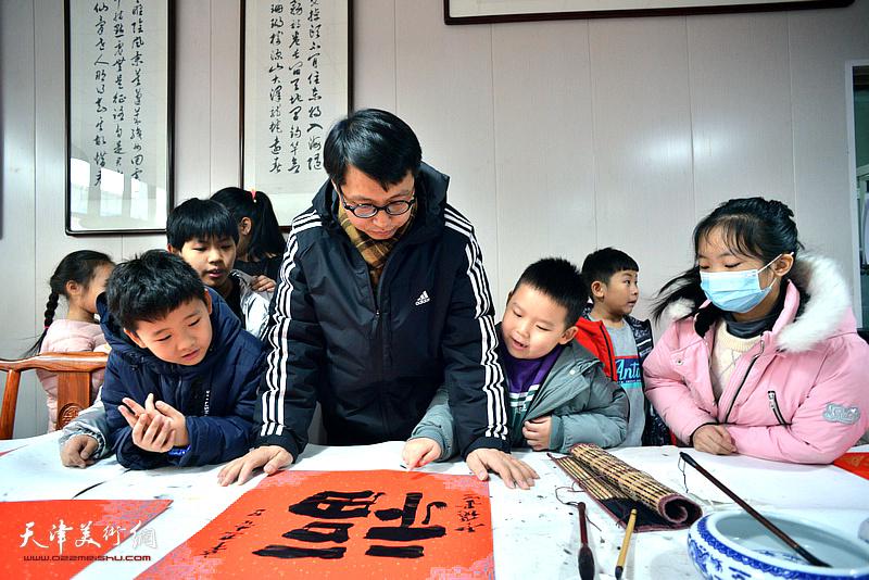 魏云飞在2021孙其峰艺术研究院公益讲堂暨怀德书院迎春联谊会现场。