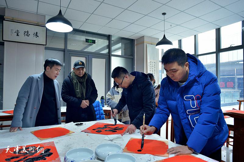 于洪岩、杨凤臣在迎春联谊会现场。