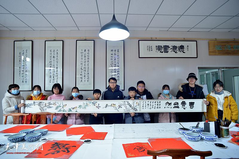 魏云飞为怀德书院小画家司佟宇长卷题款:春意盎然。