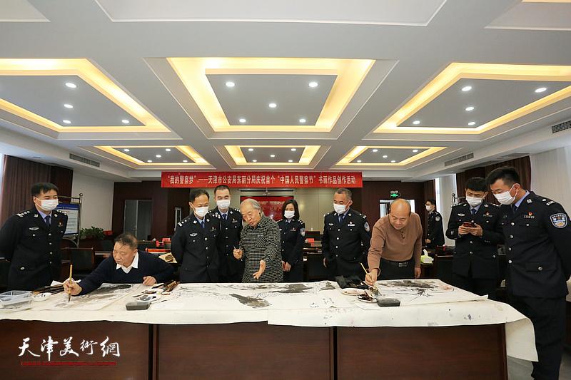 天津市美协新时代红色文艺轻骑兵走进东丽区新立派出所。