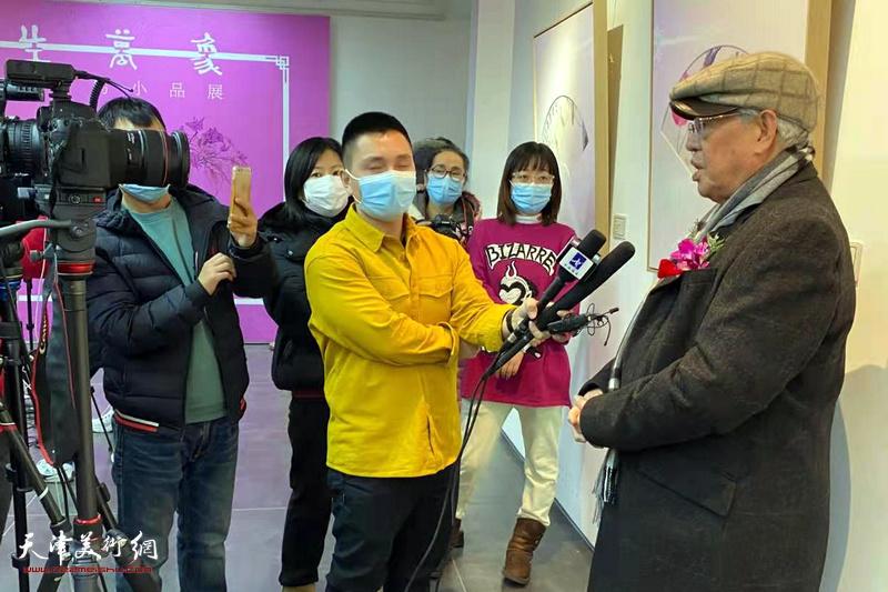 张立辰接受记者采访中。