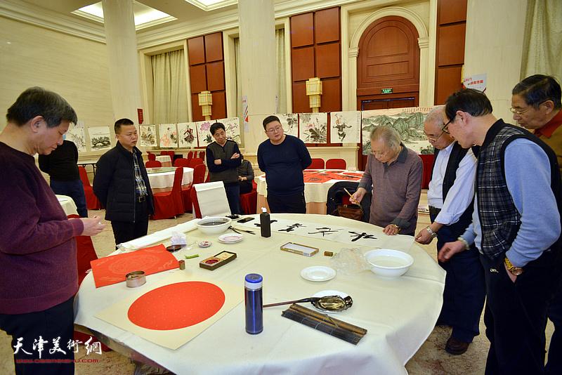 人民书画院天津分院举办迎接建党百年、庆祝全面小康书画笔会现场。