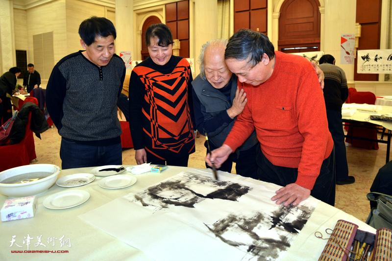 郭凤祥、樊玉莹在笔会现场。