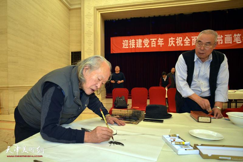 刘家栋、王义常在笔会现场。