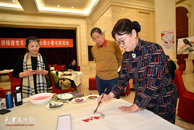 王俊英、柴寿武、李国英在笔会现场。