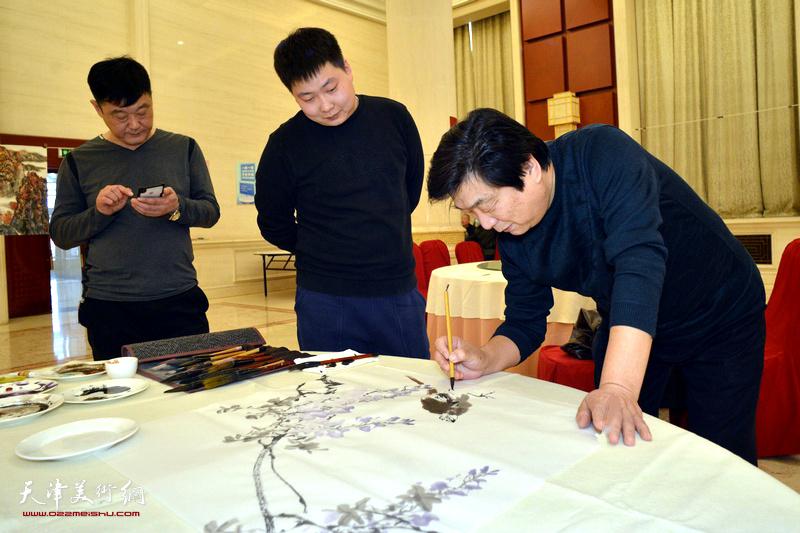 翟鸿涛、房志鹏在笔会现场。