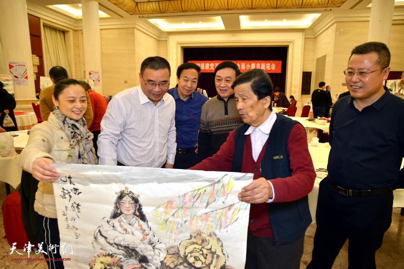 杜明岑、高唯涵陪同嘉宾观赏著名画家琚俊雄创作的作品。