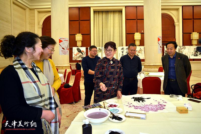 王俊英在笔会现场与嘉宾交流。