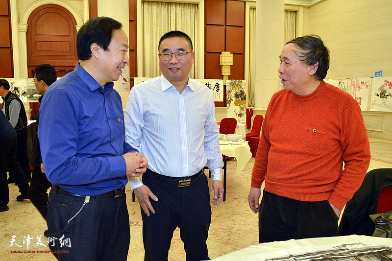 郭凤祥在笔会现场与嘉宾交流。