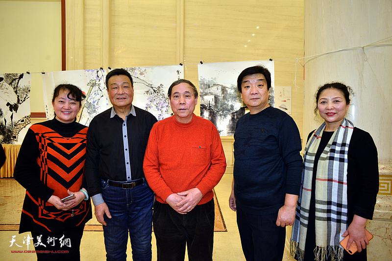 郭凤祥、季家松、翟鸿涛、李国英、樊玉莹在笔会现场。