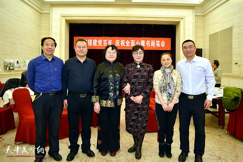 高唯涵、刘正、王俊英与嘉宾在笔会现场。