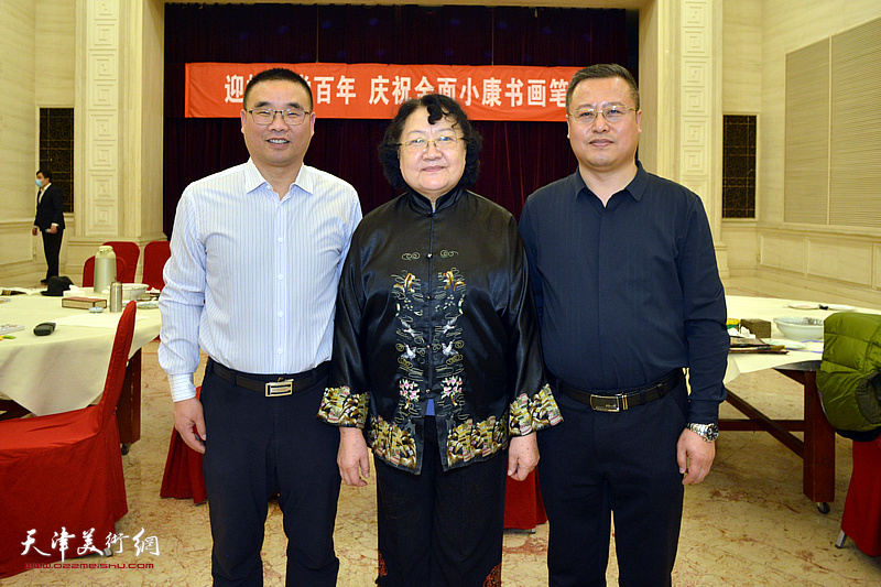 刘正与嘉宾在笔会现场。