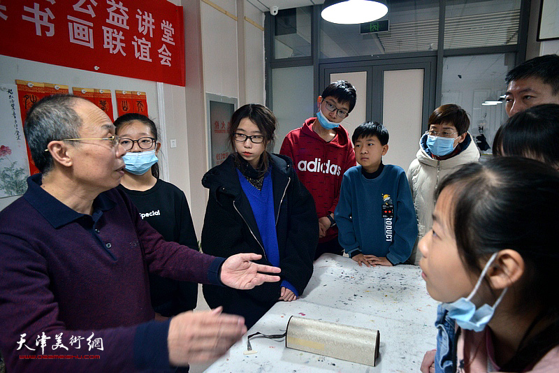 王冠惠在公益讲堂上解答学员关于国画色彩运用方面的问题。