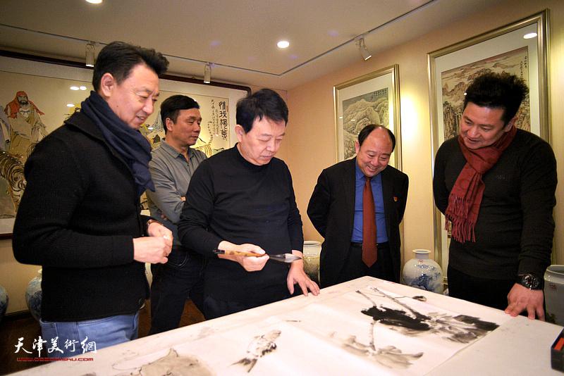 华绍栋在顺印业名家雅集现场挥毫泼墨。