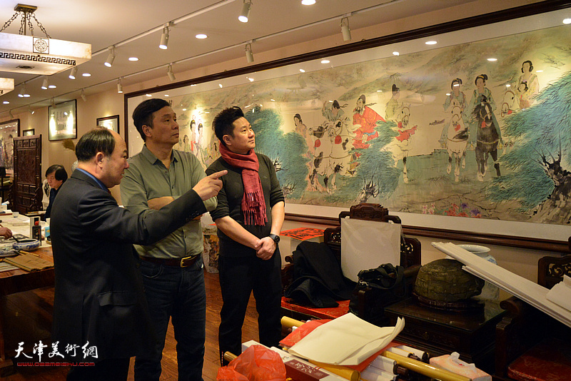 王琨、朱懿、袁汝海观赏华夏美术馆的藏品。