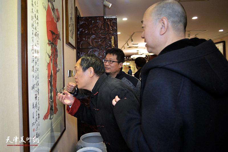 杨惠东、马驰、闫勇观赏华夏美术馆的藏品。