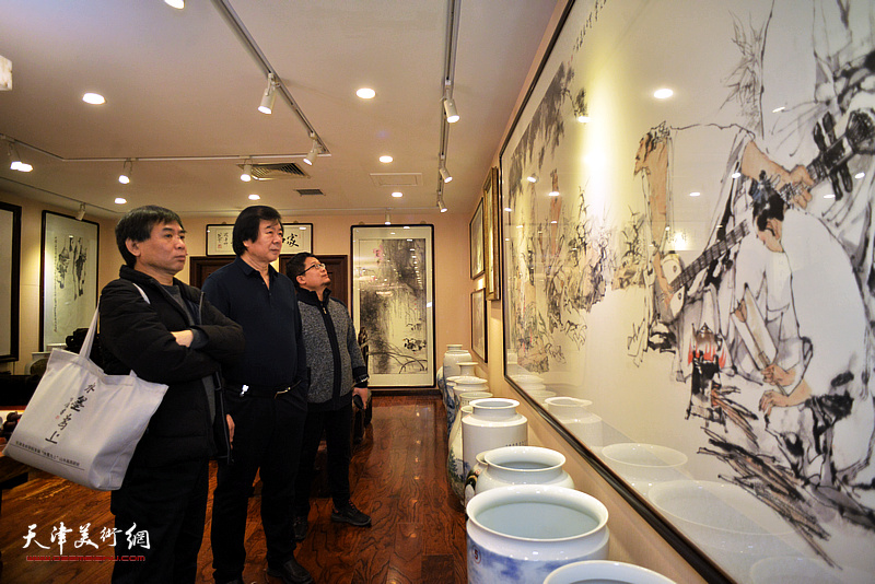 史振岭、肖培金、闫勇观赏华夏美术馆的藏品。