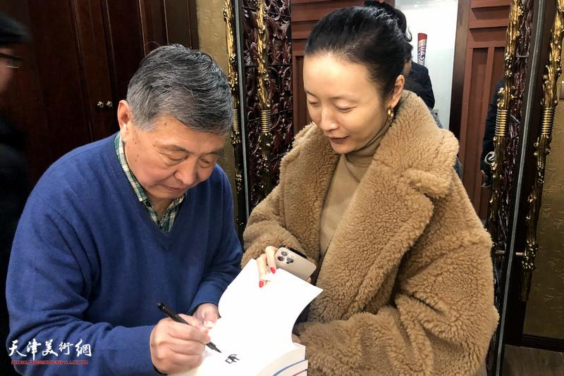 刘学仁先生为曲蕃蕊在新著上签名留念。