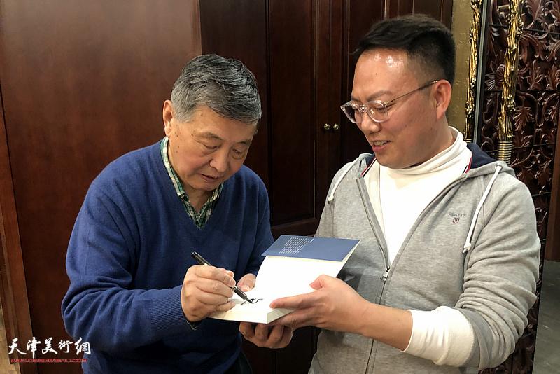 刘学仁先生为李冠达在新著上签名留念。