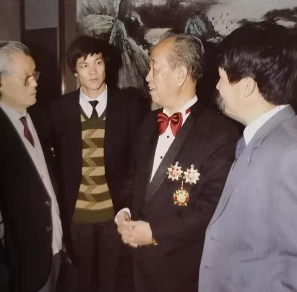 冯大准与恩师慕凌飞先生在上世纪60年代接见台湾客人。