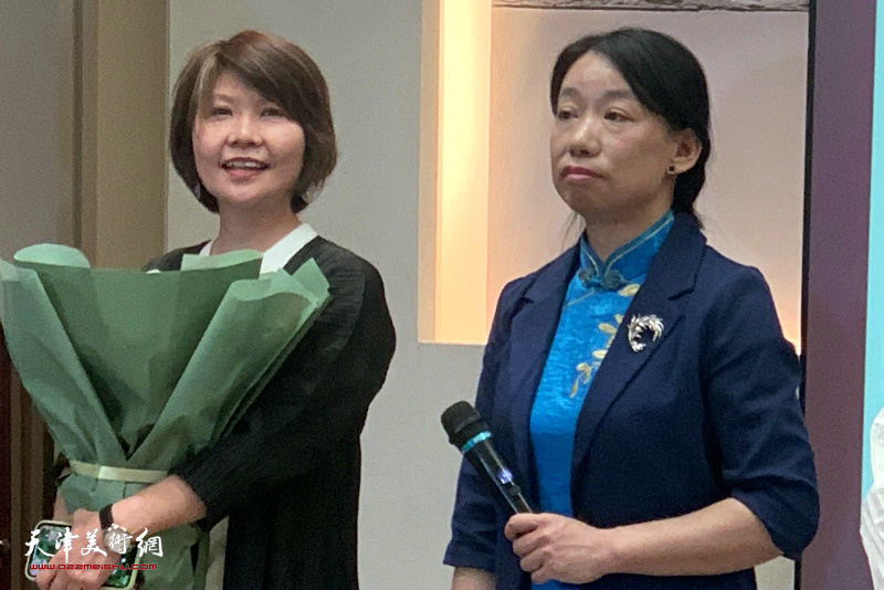 庄雪阳、杨葵在画展开幕仪式上介绍自己的创作体会。