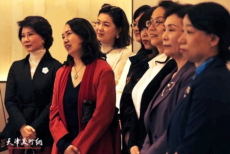 左起:董芮睿、高文红、王卉、滕桓、肖冰、卢永琇、陈钟林、庄雪阳在画展开幕仪式上。