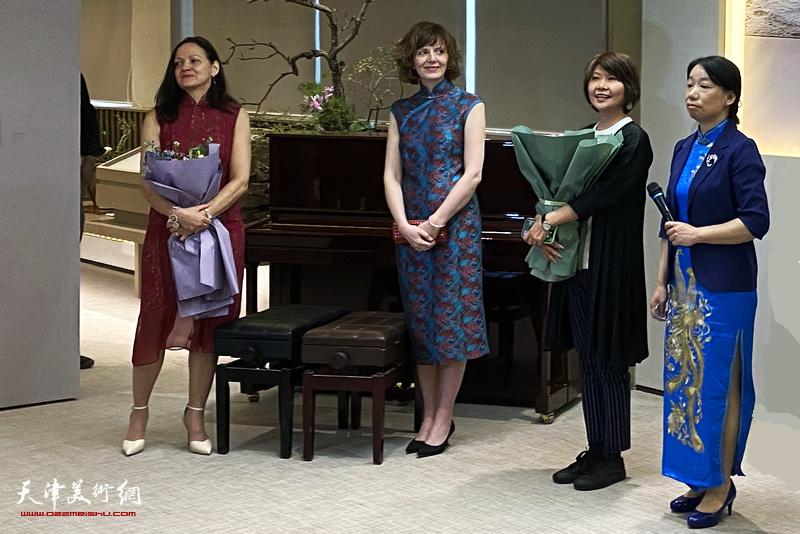 参展艺术家左起:Annie Pelletier、Madeline Churchill、杨葵、庄雪阳在画展开幕仪式上。