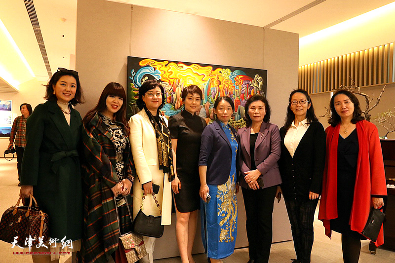 左起:王卉、肖冰、滕桓、张丽娟、庄雪阳、陈钟林、卢永琇、高文红在画展现场。