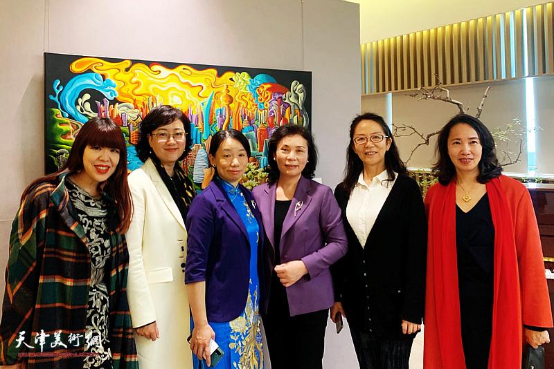 左起:肖冰、滕桓、庄雪阳、陈钟林、卢永琇、高文红在画展现场。