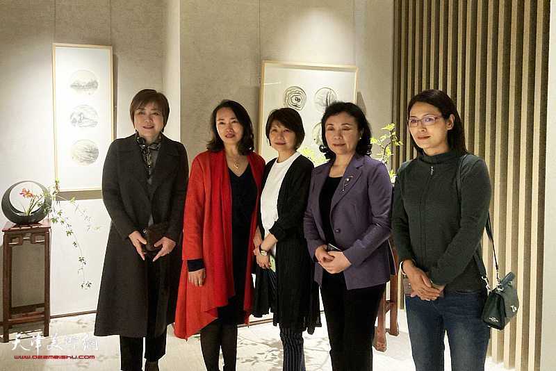 左起:李澜、高文红、杨葵、陈钟林、李楠在画展现场。