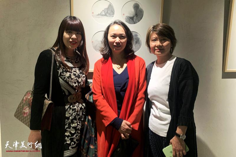 左起:肖冰、高文红、杨葵在画展现场。