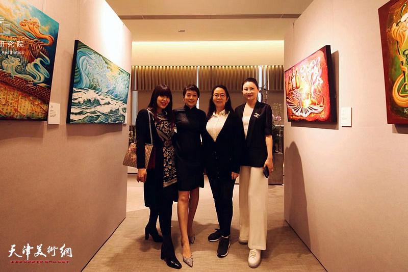 左起:肖冰、张丽娟、卢永琇、思铭在画展现场。
