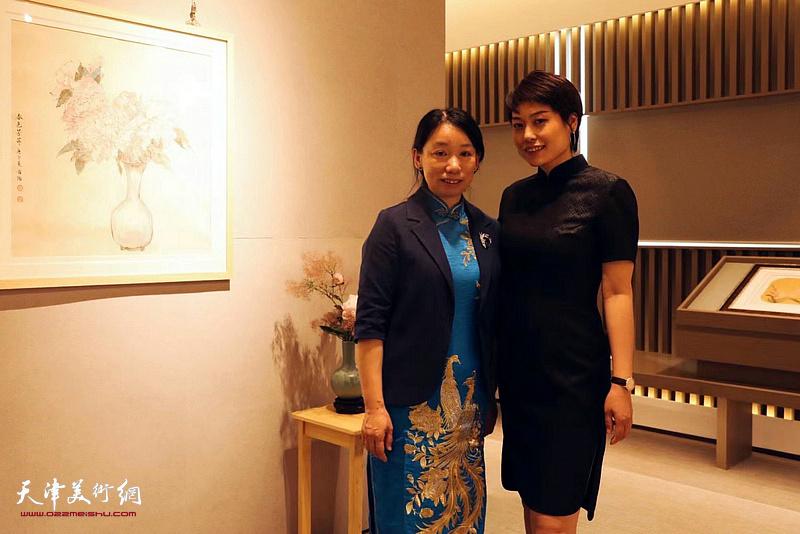 庄雪阳、张丽娟在画展现场。