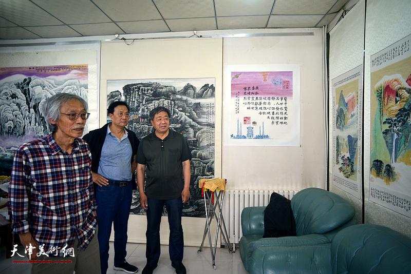 原红桥区政协副主席由明胜与姚景卿、张玉明观赏展出的陈连羲书画作品。