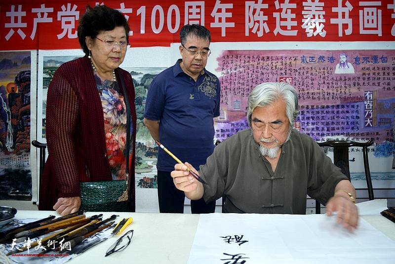 陈连羲先生在紫芥园艺术馆现场创作。
