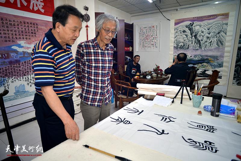 姚景卿、孟新民先生在紫芥园艺术馆现场创作。