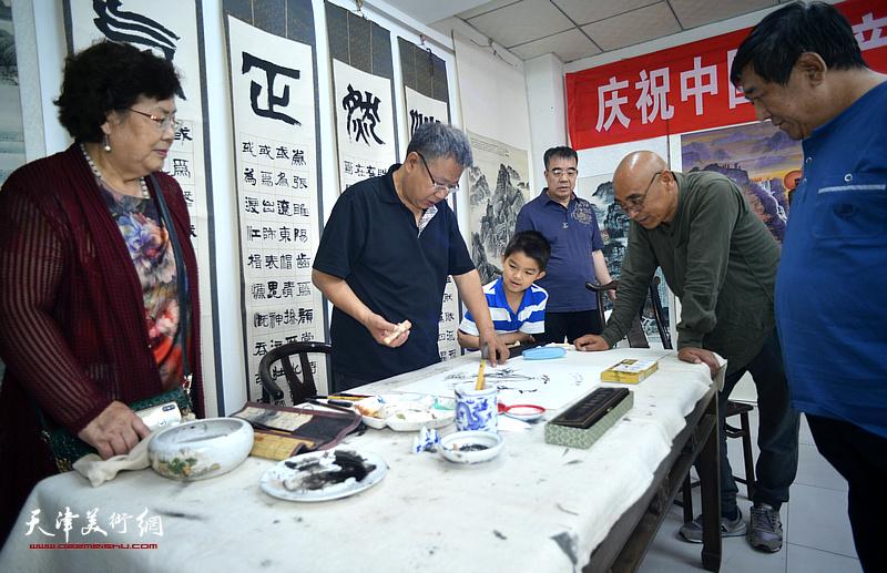 画家宋新勇先生在紫芥园艺术馆现场创作。