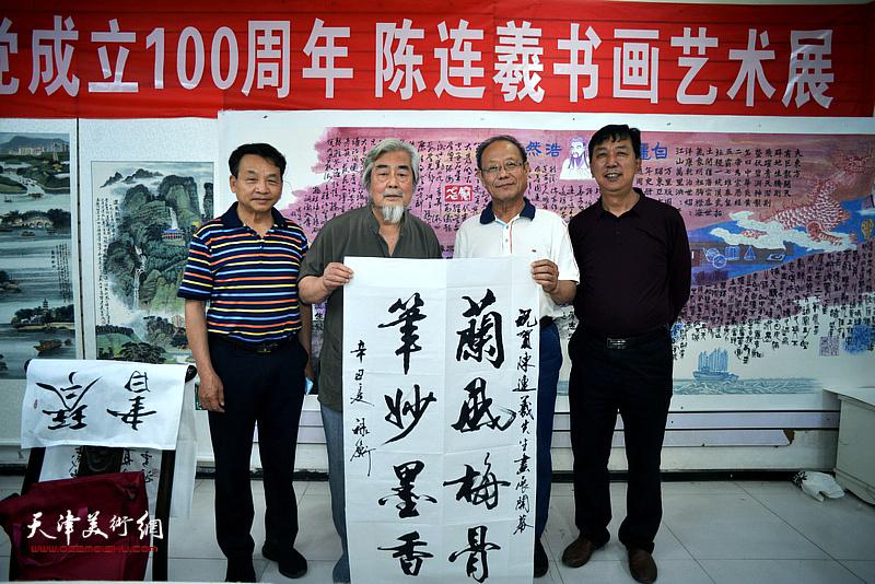 左起:孟新民、黄禄衡、陈连羲、张春来在陈连羲书画艺术展现场。