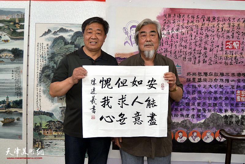 左起:由明胜、陈连羲在陈连羲书画艺术展现场。