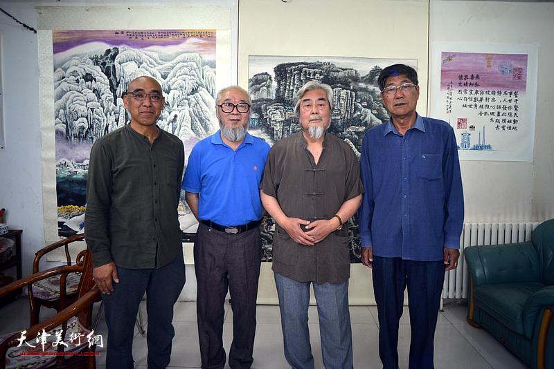 左起:郭有清、汪云汇、陈连羲、石家祺在陈连羲书画艺术展现场。