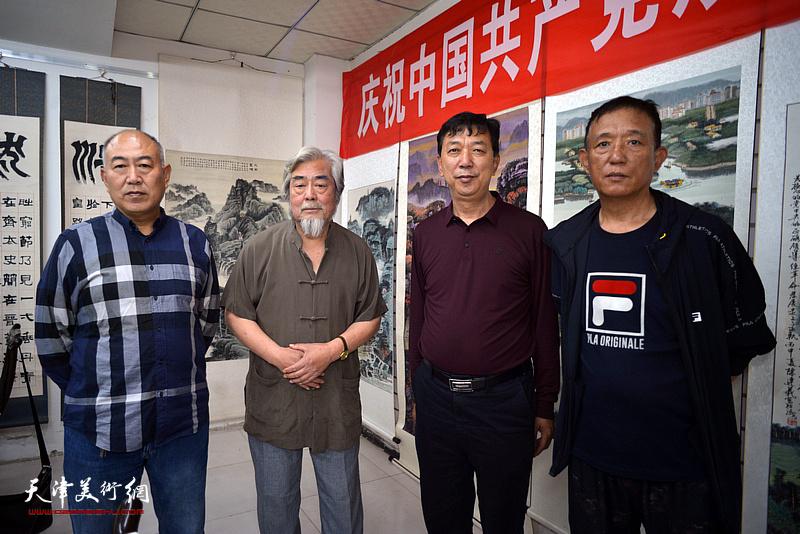 左起:吕永强、陈连羲、张春来、张志华在陈连羲书画艺术展现场。