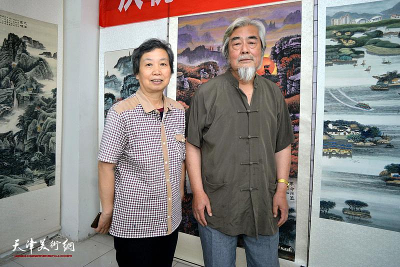 陈连羲、许鸿茹在陈连羲书画艺术展现场。