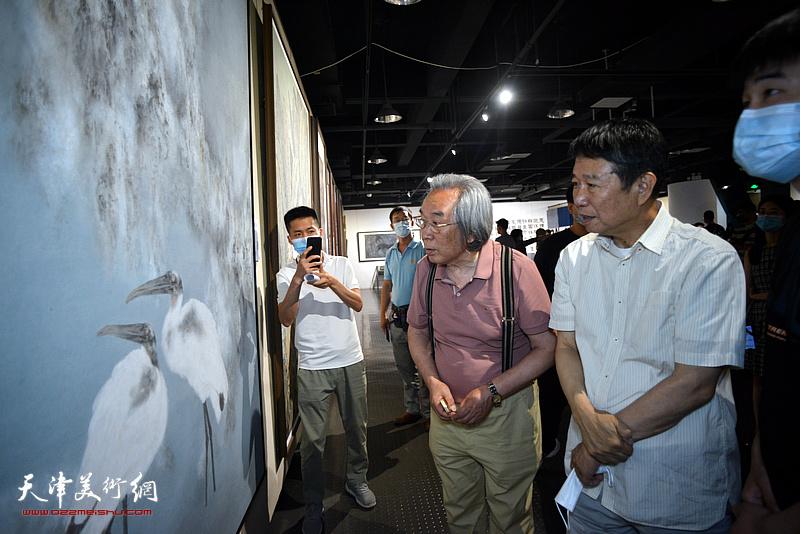 霍春阳、刘文生在展览现场观看作品。