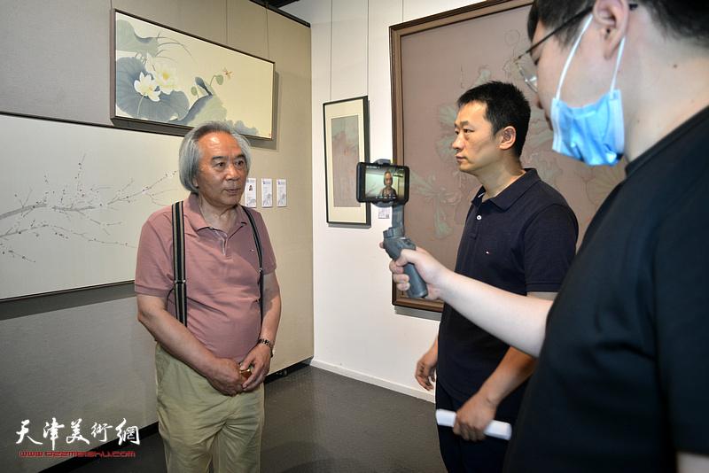 线上直播现场采访霍春阳老师。