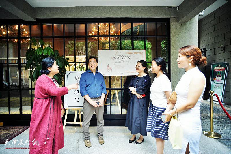 设计总监牛宝明与嘉宾在宫廷画派个展暨V&A艺术限定款发布现场。