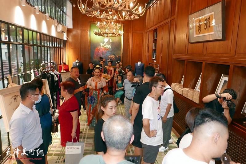 李澜宫廷画派个展暨V&A艺术限定款7月23日在庆王府发布。