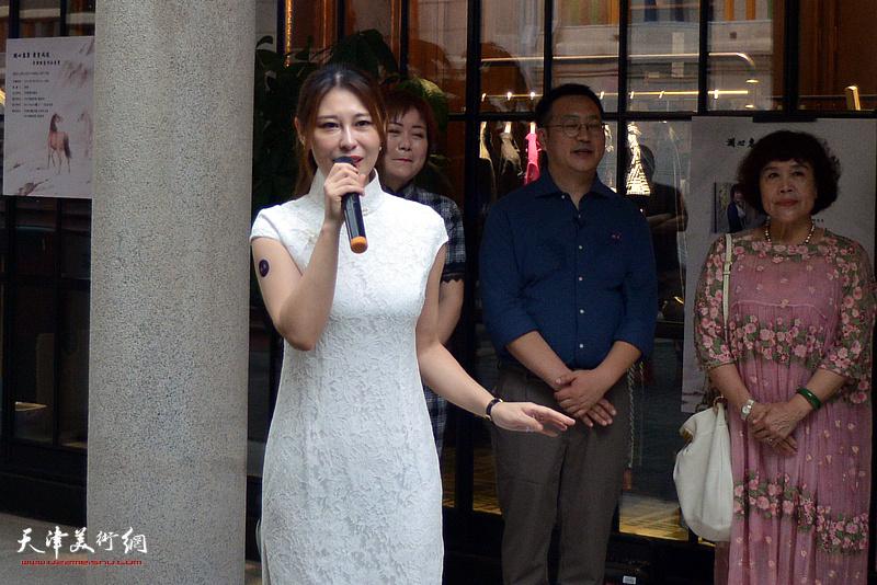青年艺术家、生活美学平台创始人宋晗主持发布会。