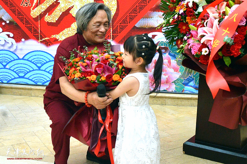 刘乃驹的小外孙女向爷爷祝贺八秩华诞。