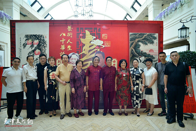 曲学真、陈玉梅夫妇、刘乃驹、王淑庭夫妇与来宾在活动现场。