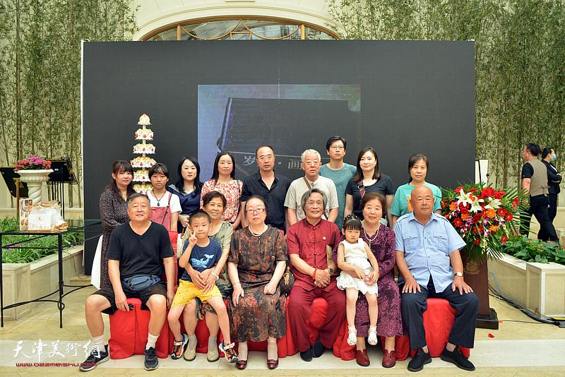 刘乃驹、王淑庭夫妇与亲友在活动现场。